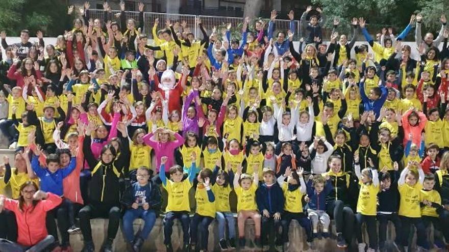 Gandia Papá Noel visita  a los niños y niñas atletas del CA Safor Teika