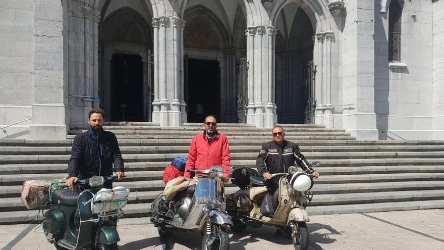 Peregrinos sin prisa, en Vespa por Asturias