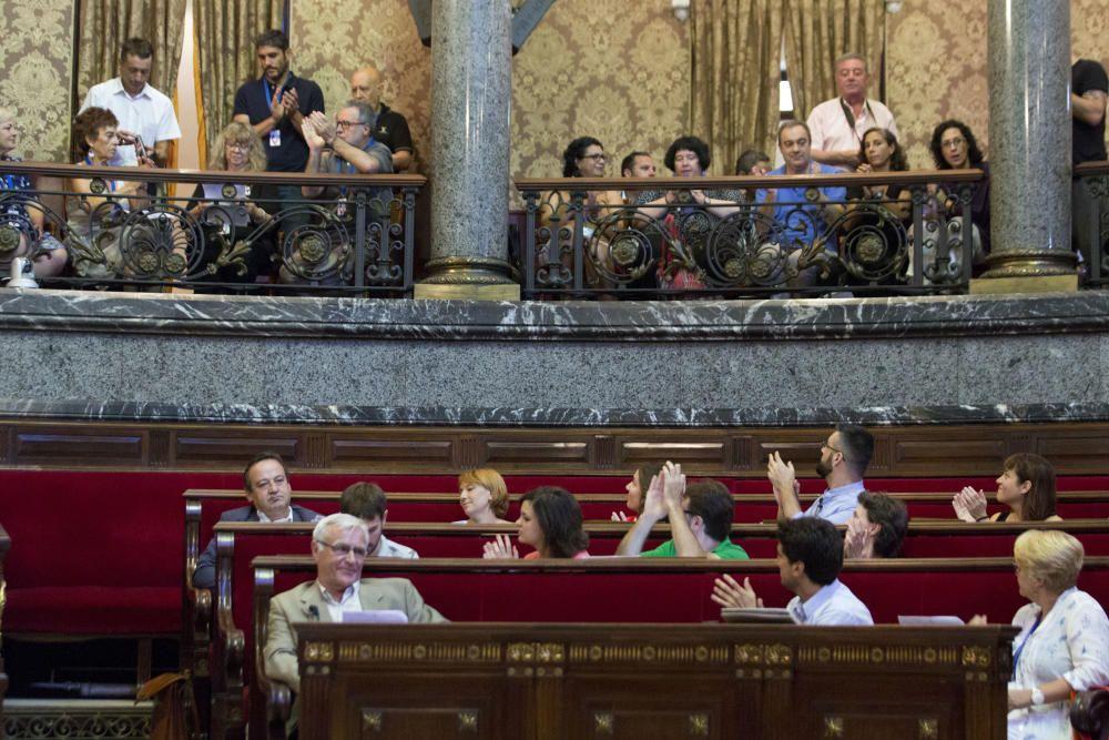 2015. El nuevo gobierno municipal aplaude a los miembros de Salvem por su lucha durante el primer pleno. G.Caballero