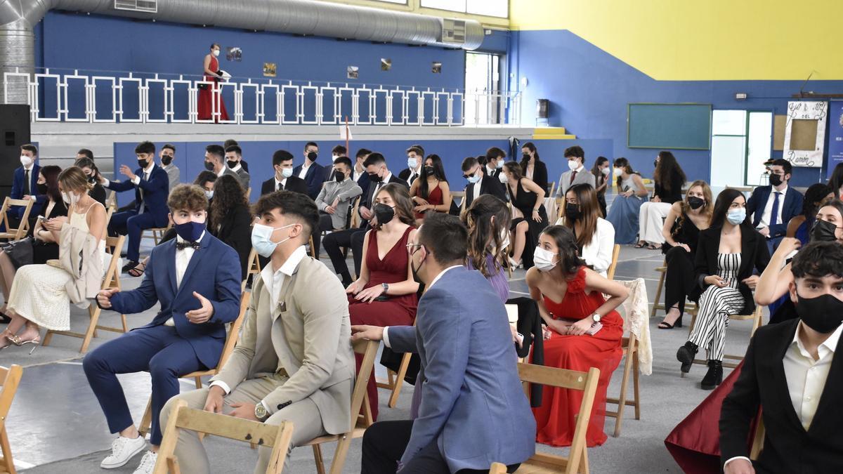 Los estudiantes de 2º de Bachillerato del IES Ramón y Cajal de Huesca en su despedida del centro.