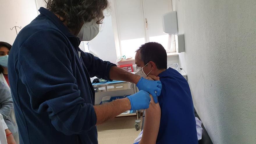 Sanidad empieza a vacunar al personal de hospitales y centros de salud de la Marina Baixa