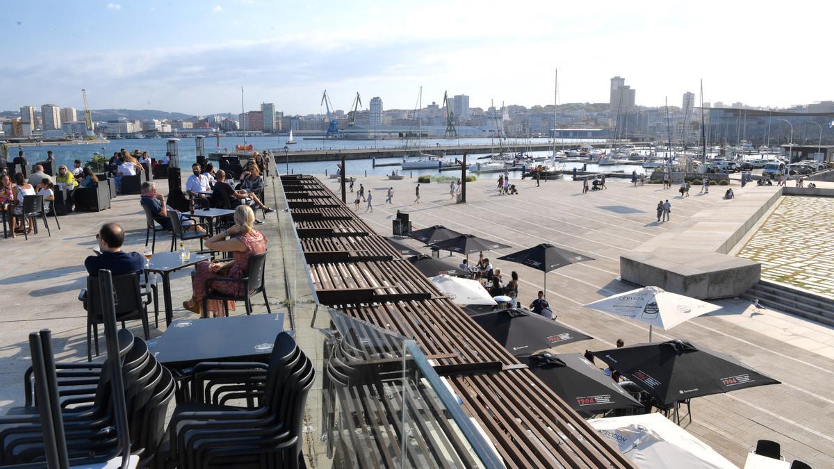 Clientes en terrazas de la Marina.