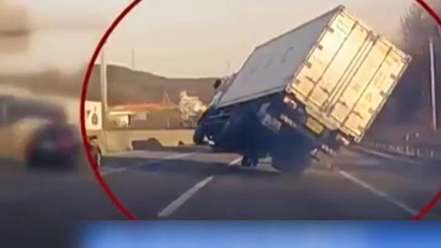 La espectacular maniobra de un camionero para no volcar