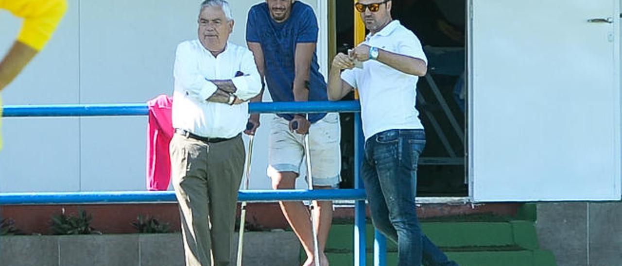 Hernán, con muletas, presencia la sesión de ayer junto con Luis Helguera y el padre del secretario técnico.