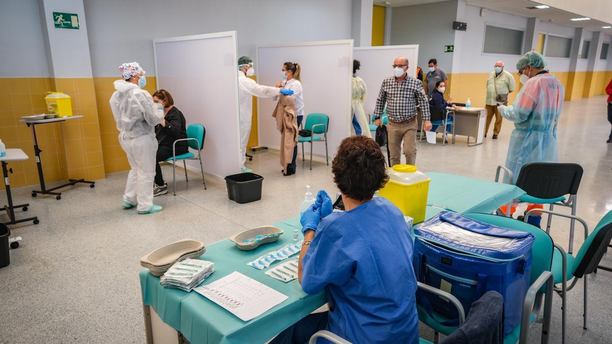 Vacunación en el edificio de Usos Múltiples del campus de Badajoz.