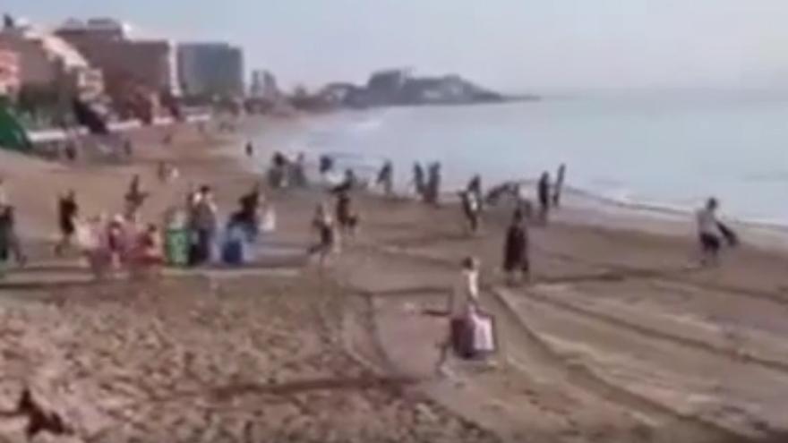 Más sombrillas que personas en la playa de Orpesa