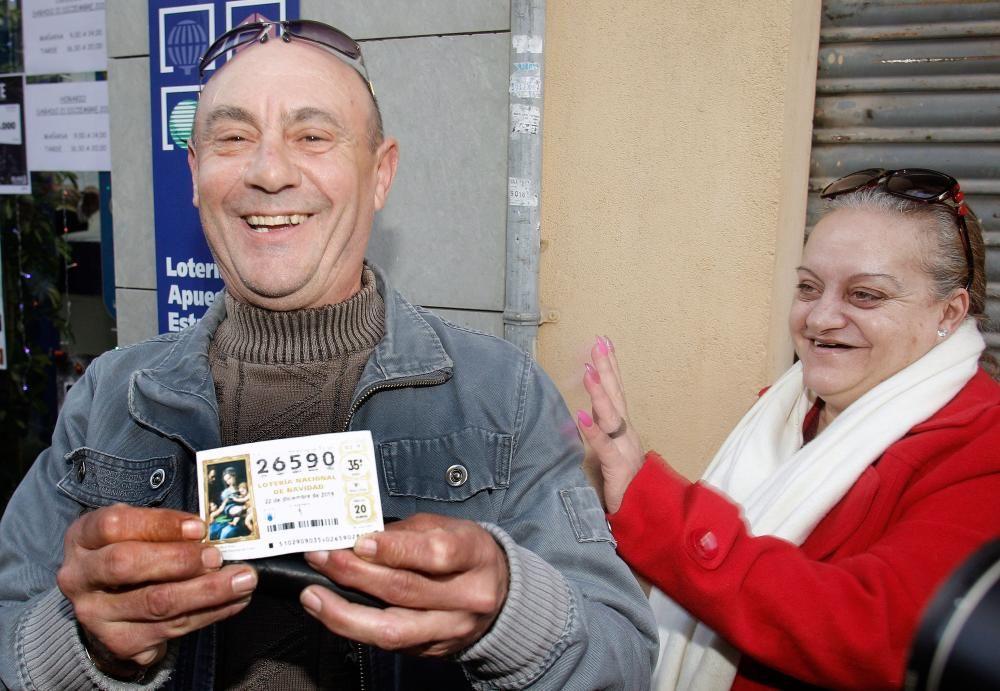 Varios clientes del restaurante Pepe, de San Vicente del Raspeig (Alicante) con un décimo del 26590, el Gordo.