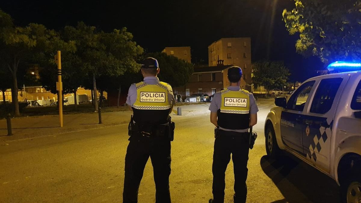 Dos agents de la Guàrdia Urbana en un control nocturn.
