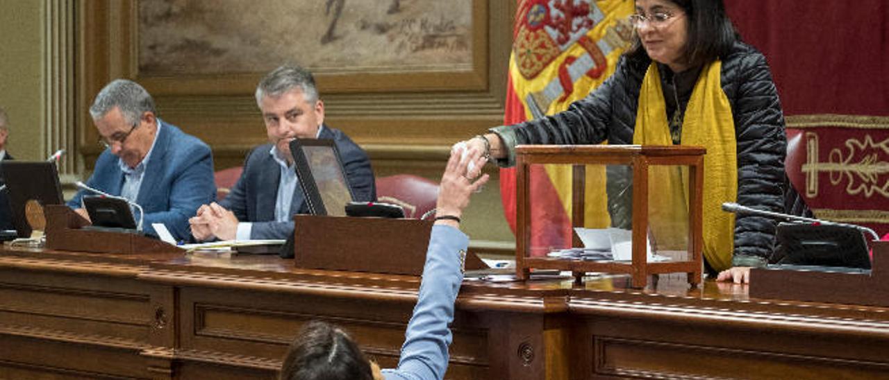 La dirección del PSOE corrige a sus diputados y pide transparencia