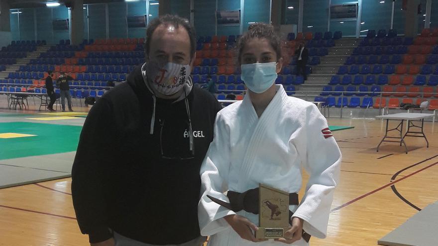 Miriam Silvares se cuelga la plata en el Autonómico de Judo