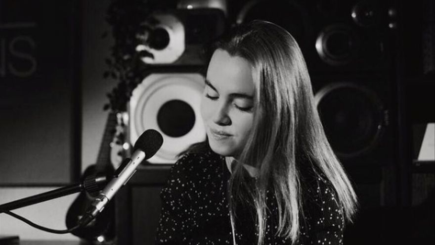 Carlota Crey lanza el videoclip de 'Hallo Christmas' con las luces de Vigo como escenario
