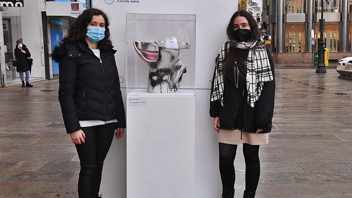 Ylenia Santos, coordinadora de la campaña, y Natalia Agoure, encargada de la parte artística.   | // CARLOS PARDELLAS