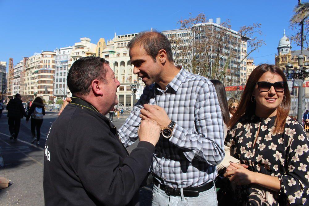 José Nebot Peñarroja, felicitado por Ricardo Caballer.