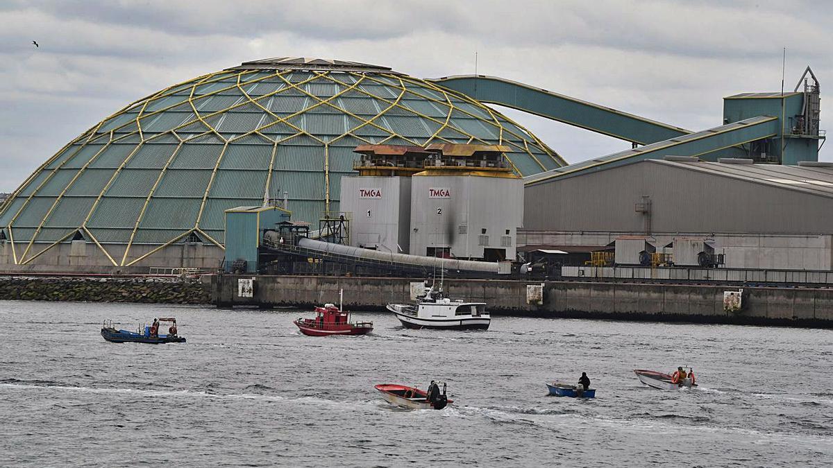 Embarcaciones durante la protesta de ayer en aguas del puerto de A Coruña.     // VÍCTOR ECHAVE