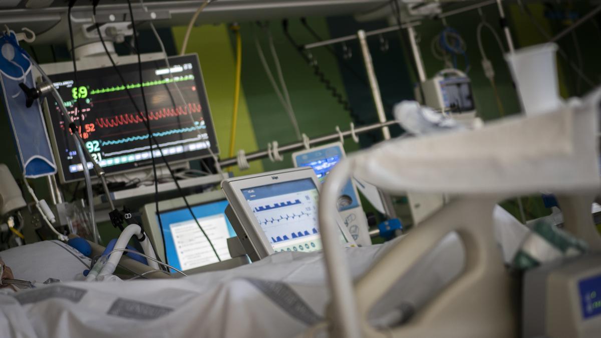 Un paciente covid en la UCI del Hospital General de València.