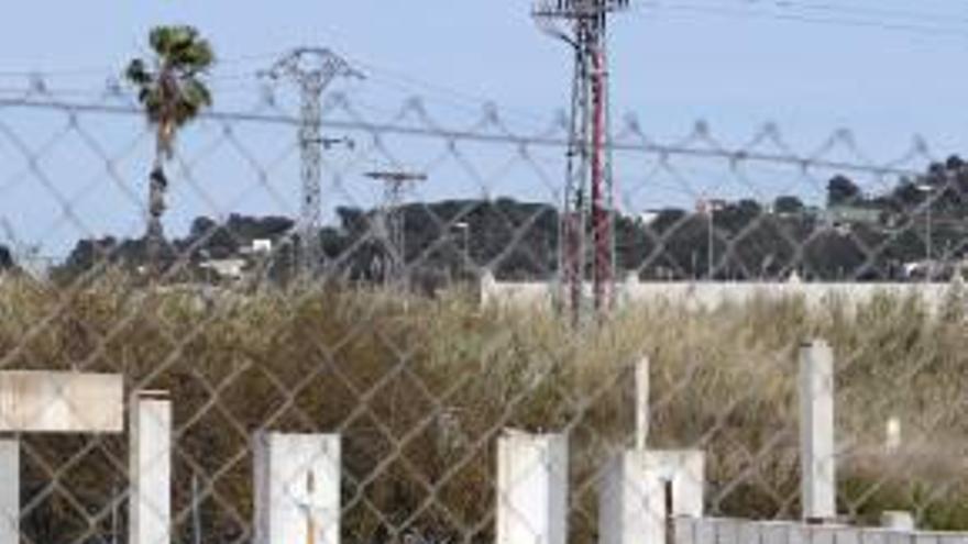 Un muro aísla al fin el fracasado centro comercial Vilella para evitar riesgos