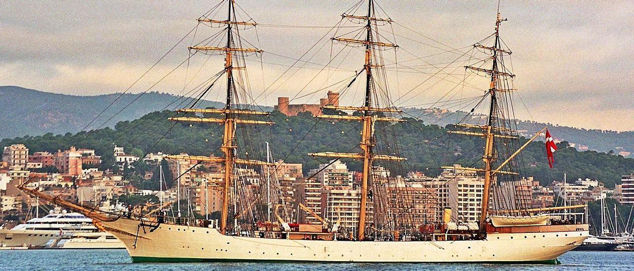 El 'Danmark' maniobrando en el puerto de Palma en octubre del 2002.    MANUEL MORENO