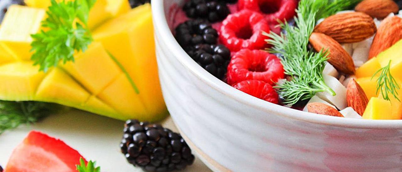 Una taza con frutas