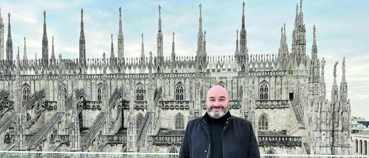 Martín López Vega, ante la catedral de Milán.