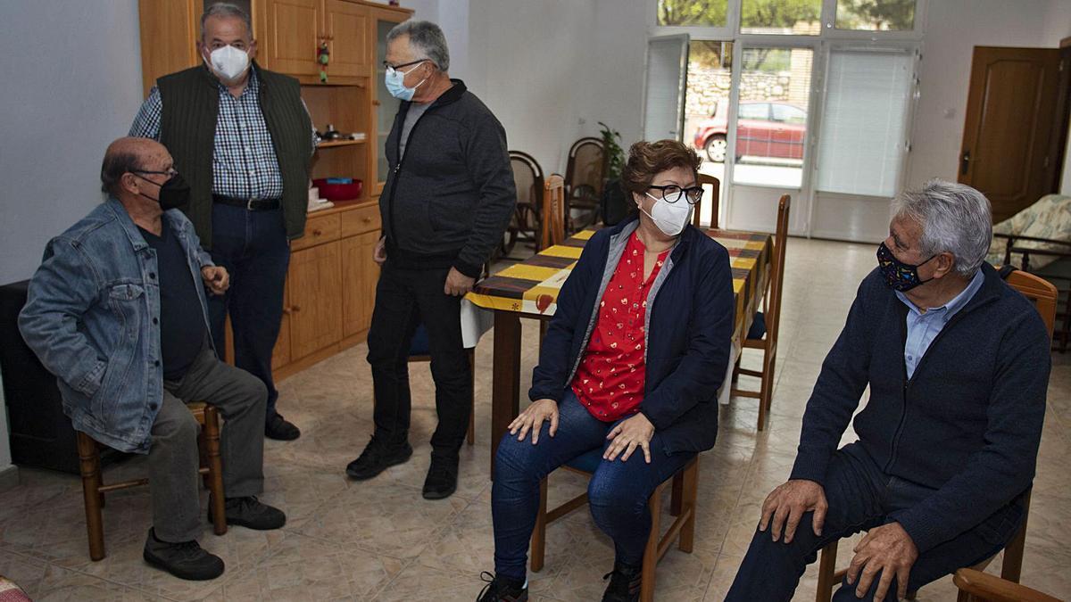 Miembros de la asociación de jubilados y pensionistas de la Pobla Llarga, ayer, en las instalaciones. | PERALES IBORRA