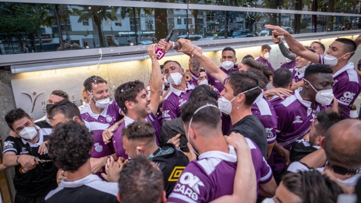 Los jugadores del Mallorca festejan el ascenso en la puerta del Hotel Silken Atlántida de Santa Cruz de Tenerife.