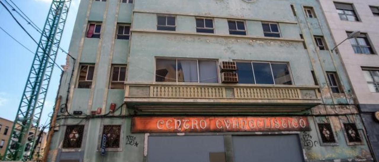 Fachada del viejo cine Guanarteme, en el número 163 de la calle Fernando Guanarteme, situado junto al bar Hermanos García.     JOSÉ CARLOS GUERRA