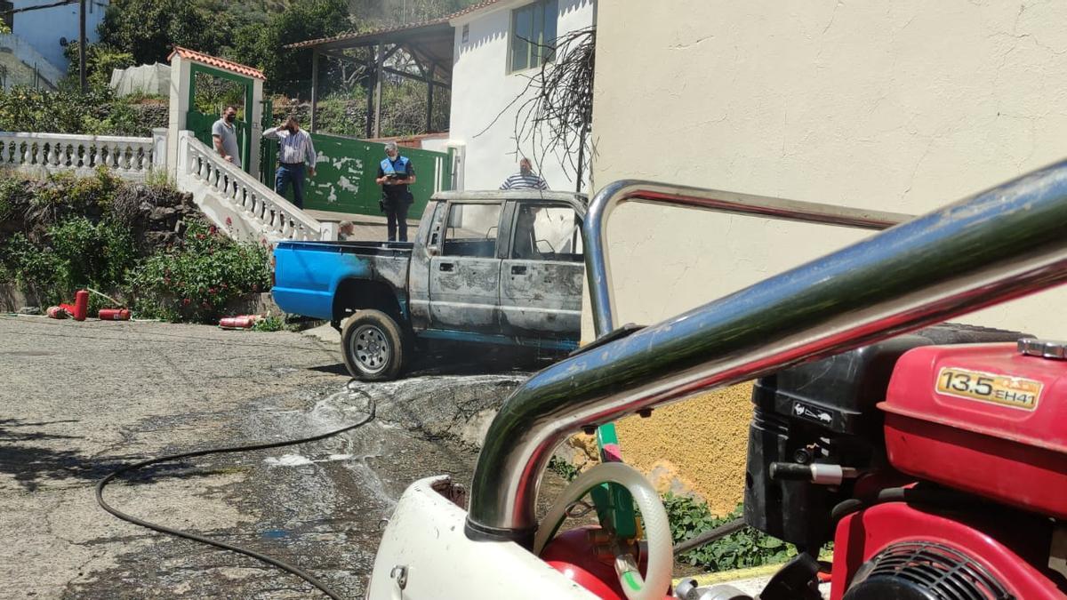 Estado en que quedó el todoterreno incendiado en Valleseco