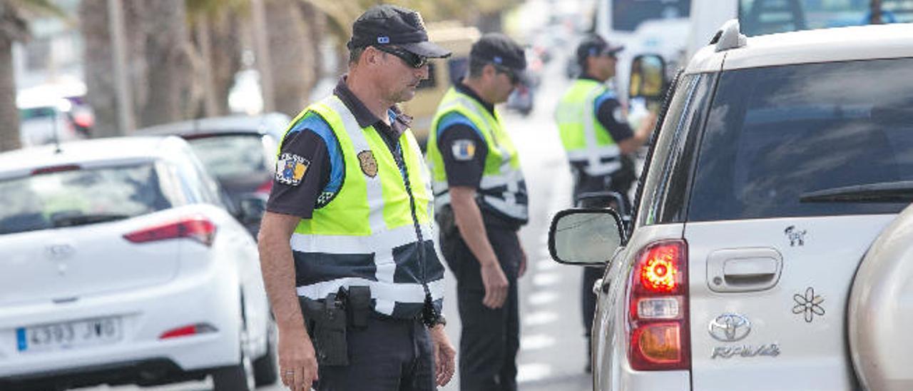 Agentes de la Policía Local de Puerto del Rosario, en uno de los controles en las inmediaciones de la zona escolar.
