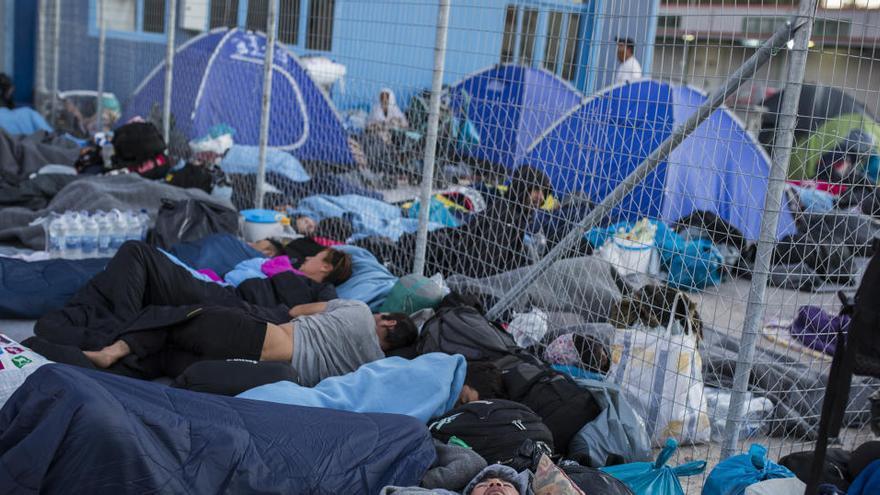 Miles de migrantes pasan la noche al raso en Moria