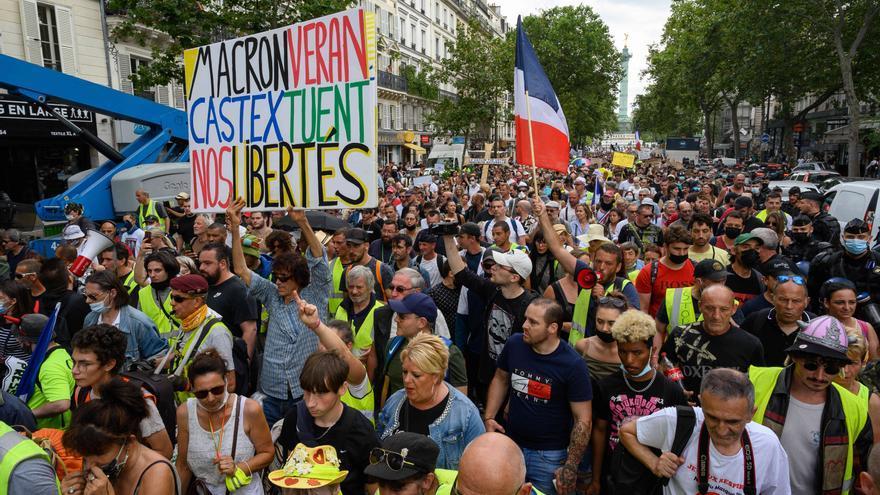 Almenys 71 detinguts després de les manifestacions contra el certificat de vacunació a França