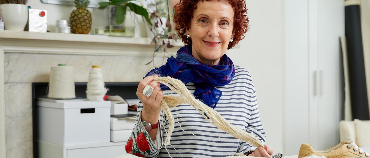 """Carmen Hijosa, con los tejidos de """"piñatex"""", en su taller de Londres"""