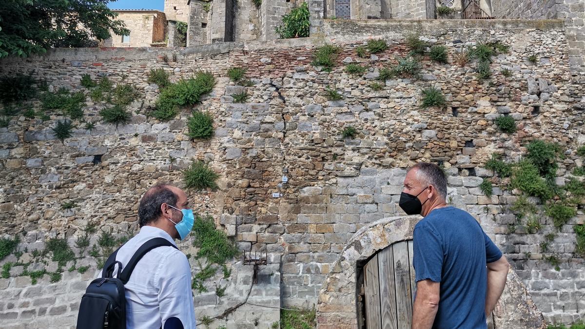 Camil Rubio de 3S'TECH i el topògraf Carles Privat mirant els sensors posats a la muralla