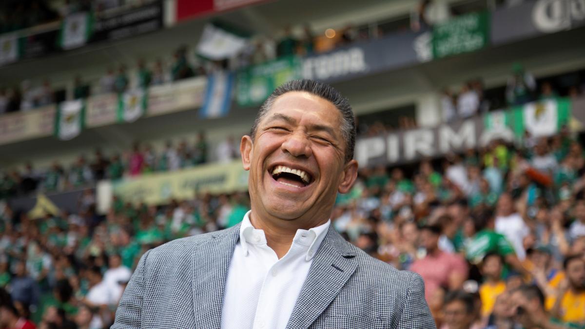 Ignacio Ambriz sonríe durante un partido en México.