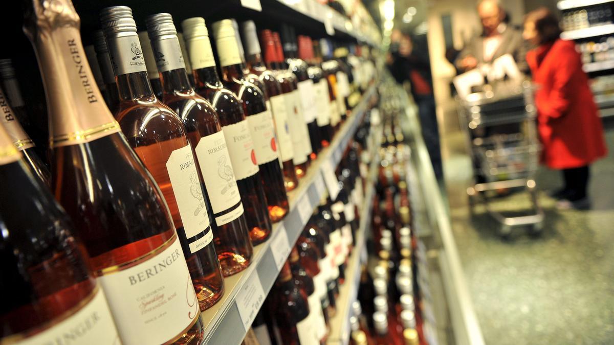 Estantería de bebidas alcohólicas en un supermercado.