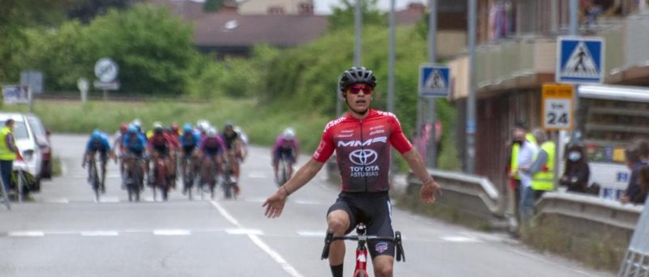 Bonilla entrando en la meta de Figaredo con el gupo detrás. | R. Menéndez.