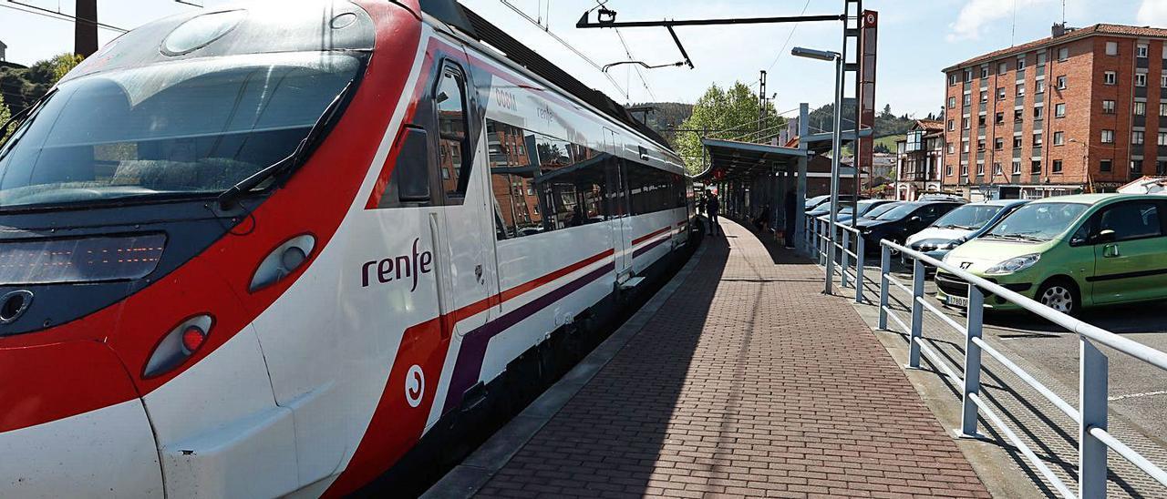 Un tren de Renfe, ayer, en la parada de la estación de Villalegre