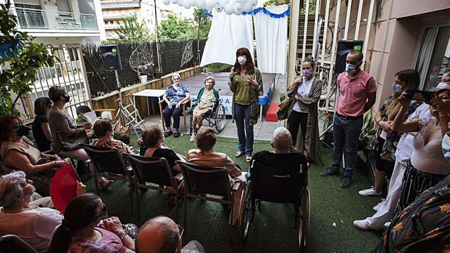 Les veïnes Manuela del Nozal i Anna Coll fan cent anys