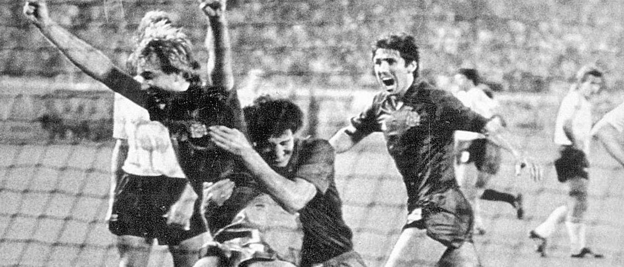 Maceda celebra su gol a Alemania con Francisco y Santillana.   LNE