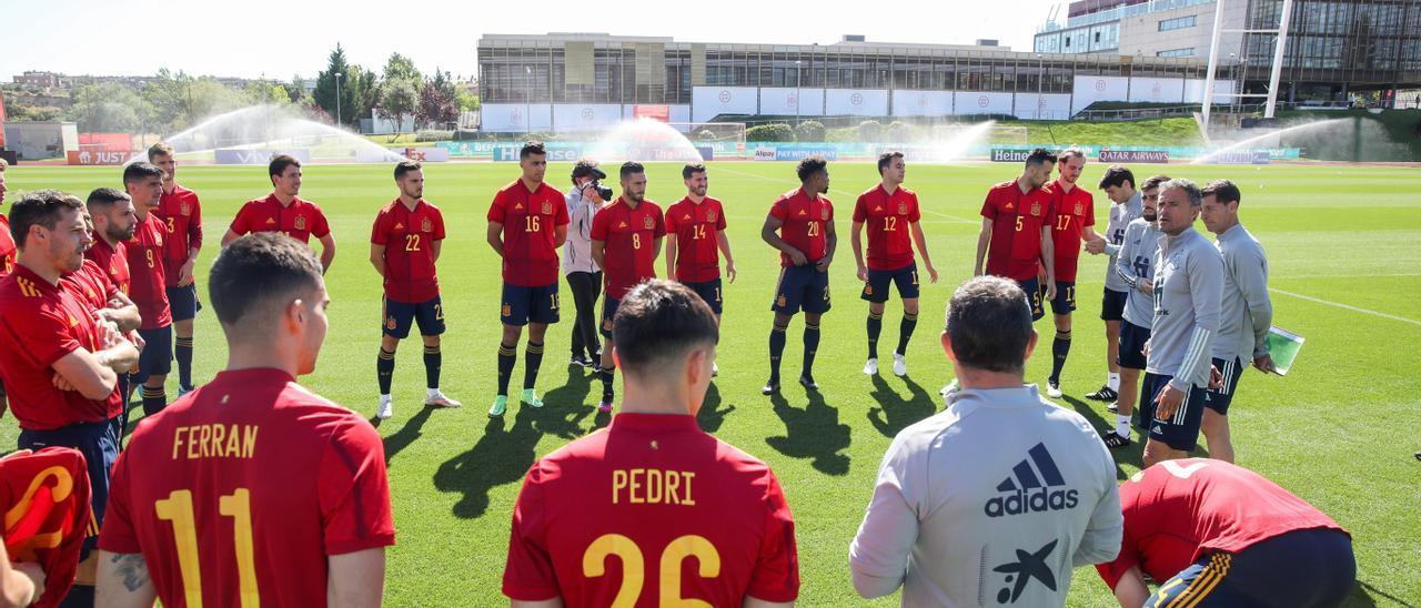 Luis Enrique dirige un entrenamiento de la selección