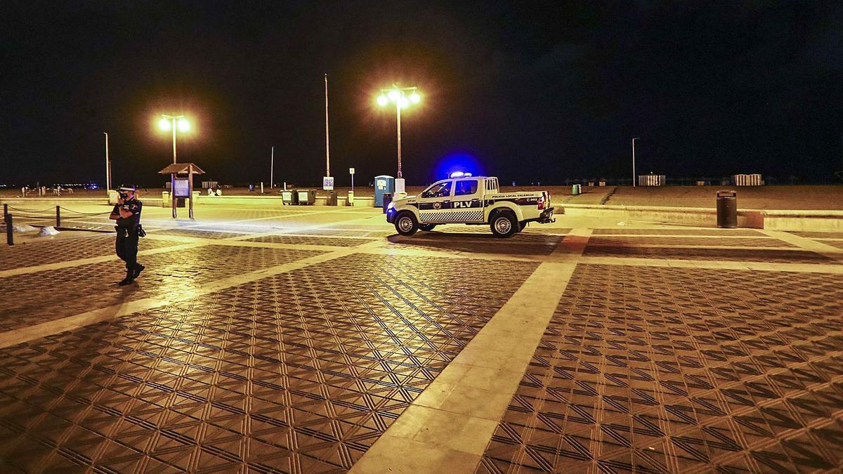 La Policía Local de València vigila el paseo de la playa de la Malva-rosa para evitar fiestas y reuniones sociales.  | FRANCISCO CALABUIG