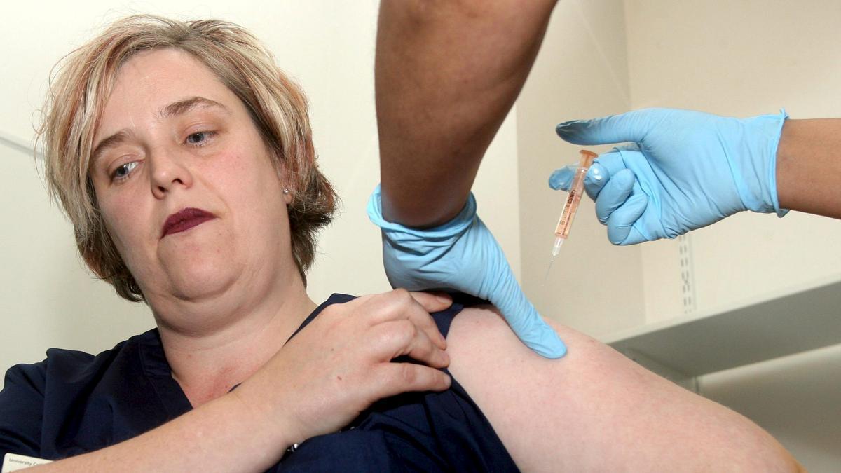 Una mujer recibe la vacuna en Londres.