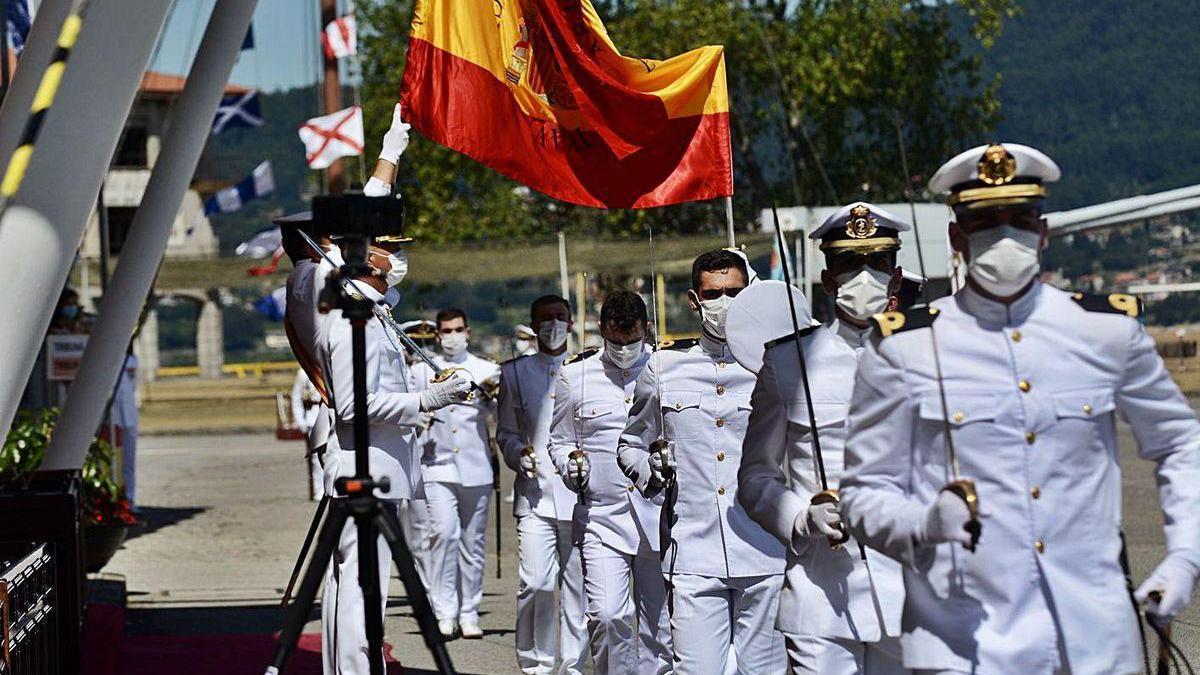 Paso por debajo de la bandera, de uno en uno como medida de seguridad frente al Covid-19.