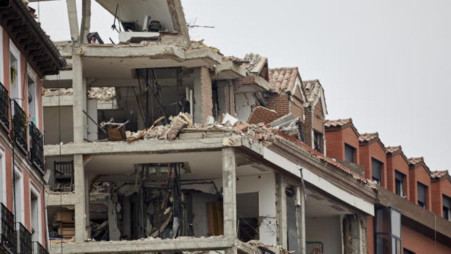 Comienzan las tareas de desescombro en el edificio que explotó ayer en Madrid dejando 4 muertos