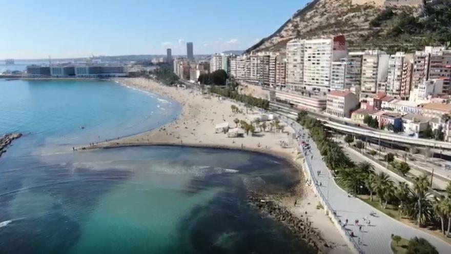 La Policía vigila que se cumplan las medidas de seguridad en las playas de Alicante