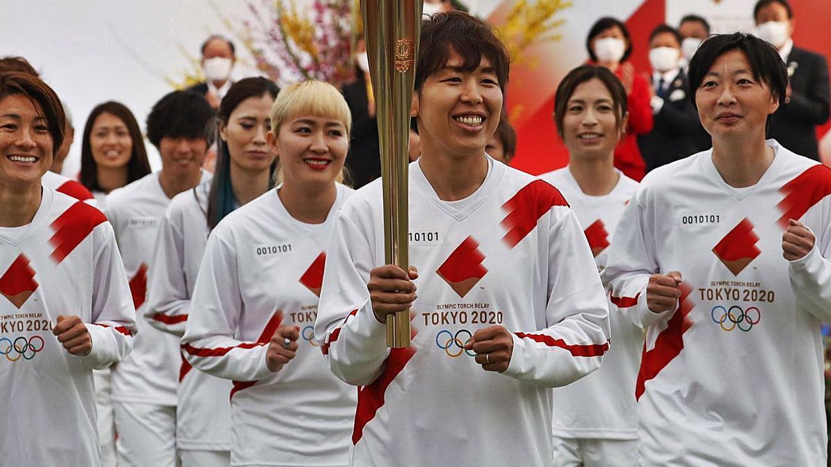 Las jugadoras de la selección nipona de fútbol hicieron el primer relevo en Fukushima. |  // K. KYUNG-HOON