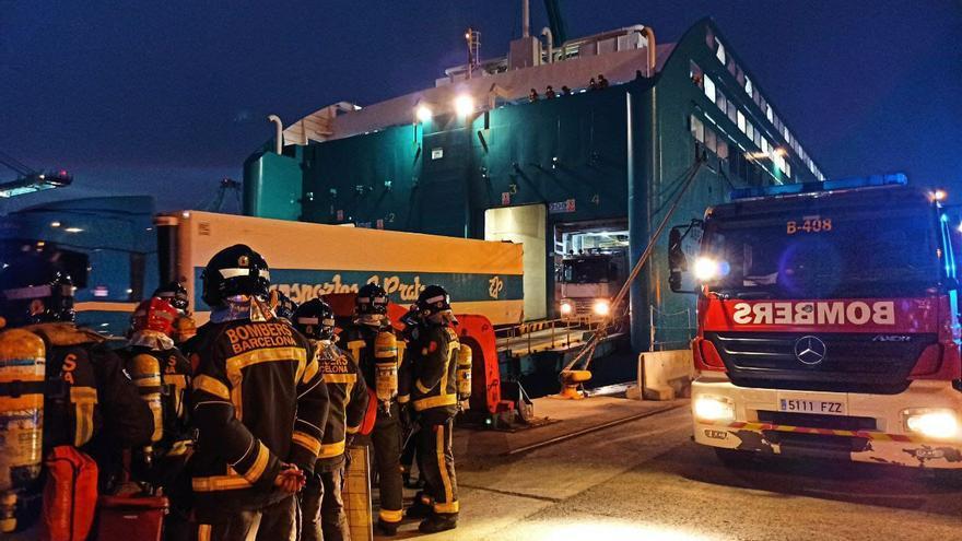 """""""Éxito"""" del primer simulacro de incendio de un coche eléctrico en un ferry procedente de Alcúdia en el puerto de Barcelona"""