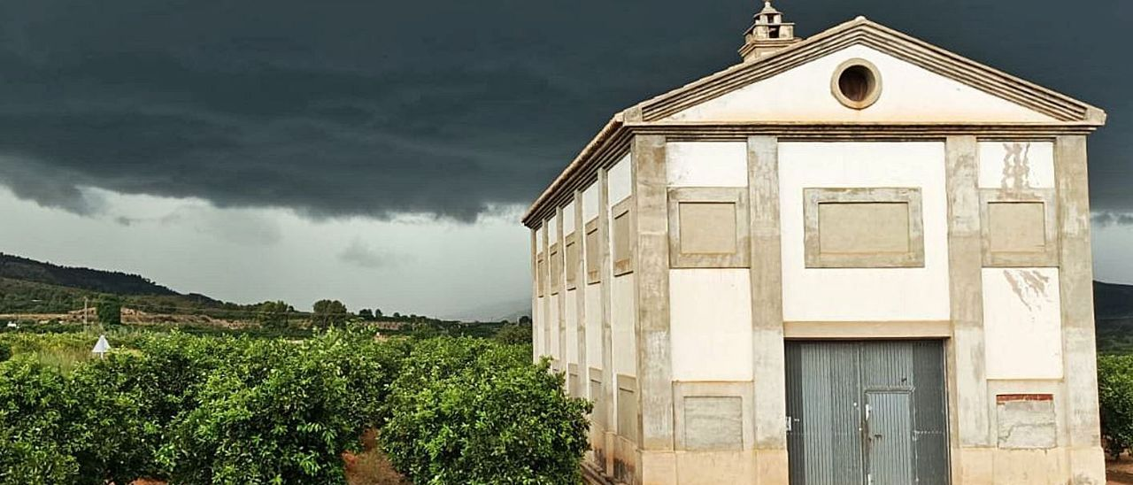 La tormenta del lunes sobre el secadero de Gaspar, en el término de Cotes.   FERMÍN GARCÍA