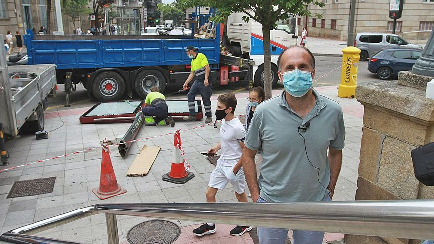Jácome extiende a las cabinas y soportes del contrato de bicis su guerra al 'mobiliario basura'