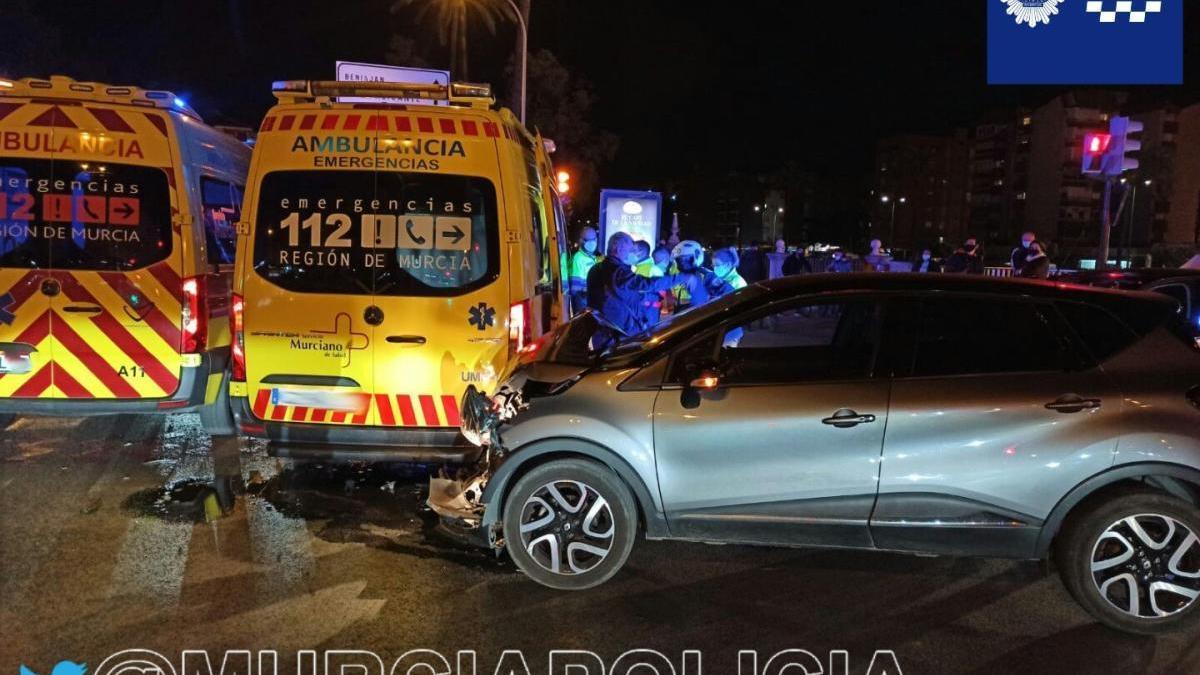 Dos menores heridos tras chocar un coche con una ambulancia en Murcia