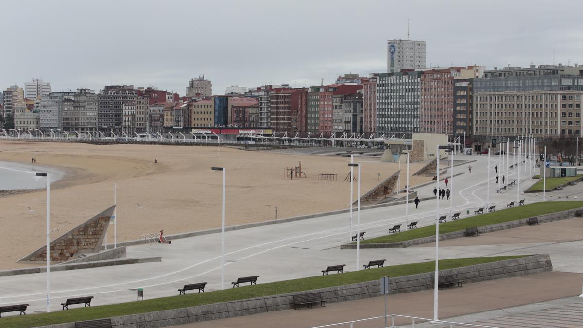 En primer término, el paseo de la playa de Poniente que va a llevar el nombre de Areces.